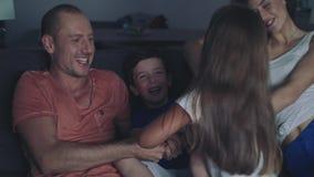Familie sieht am Abend fern stock video footage