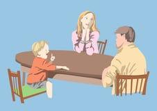 Familie sitzen an einem Tisch Stockbild