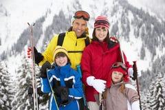 Familie am Ski-Feiertag in den Bergen Lizenzfreie Stockfotos