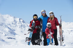 Familie am Ski-Feiertag in den Bergen Stockfoto