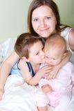 Familie in slaapkamer royalty-vrije stock afbeeldingen