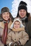 Familie in sneeuw bij de winter Stock Afbeeldingen