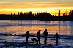 Familie am Sonnenuntergang Lizenzfreies Stockbild