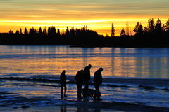 Familie am Sonnenuntergang Stockfotos