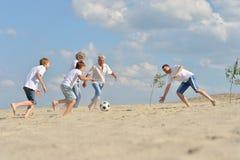 Familie speelvoetbal Stock Afbeeldingen