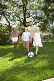 Familie Speelvoetbal in Tuin Stock Foto's