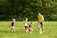 Familie spielt Fussball Royalty Free Stock Image