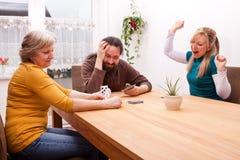 Familie spielt Spiele und hat Spaß Lizenzfreie Stockbilder