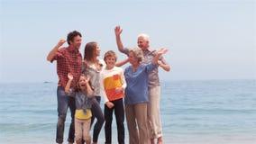 Familie springt und tanzt stock video