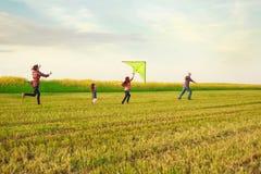 Familie startet einen Drachen Lizenzfreie Stockfotografie