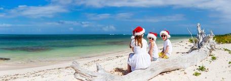 Familie am Strand auf Weihnachten lizenzfreie stockbilder