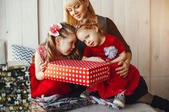 Familie in studio royalty-vrije stock afbeelding