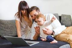 Familie su un computer portatile Fotografia Stock Libera da Diritti