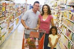 Familie in supermarkt Royalty-vrije Stock Foto's