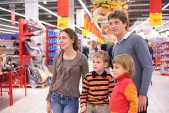 Familie in supermarkt Stock Foto's
