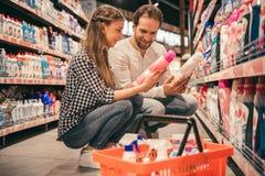 Familie am Supermarkt stockfotos