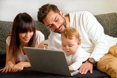 Familie sur un ordinateur portable Photographie stock libre de droits