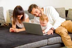 Familie sur un ordinateur portable Photographie stock