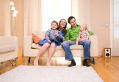 Familie thuis Royalty-vrije Stock Afbeeldingen