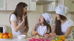 Familie thuis in Keuken die een Goede Tijd hebben stock afbeelding