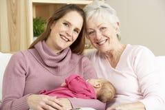 Familie thuis met Baby Royalty-vrije Stock Afbeelding