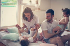 Familie thuis Vrolijke familie die pret met hun dochter hebben Royalty-vrije Stock Foto