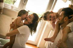 Familie thuis Vrolijke familie die pretwi hebben Stock Fotografie