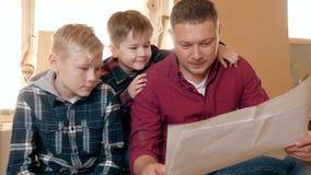 Familie, timmerwerk, houtbewerking en mensenconcept de vader onderwijst zoonstimmerwerk stock video