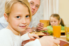 Familie - Tochter und Vater - Essen des Mittagessens oder des Lärms lizenzfreies stockfoto