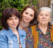 Familie - Tochterenkelin und -großmutter lizenzfreies stockbild