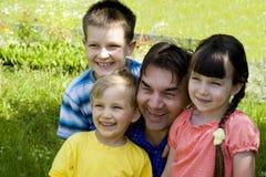 Familie in tuin Stock Fotografie