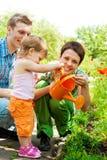 Familie in tuin Royalty-vrije Stock Afbeelding
