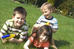 Familie in tuin royalty-vrije stock foto's