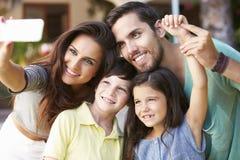 Familie in Tuin die Selfie op Mobiele Telefoon nemen stock foto's