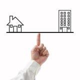 Familie und Arbeit balancieren Konzept mit Geschäftsmann und weißem backg Lizenzfreies Stockfoto