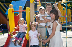Familie und drei Kinder im Park. Stockbild