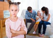 Familie und eifersüchtiges Mädchen, die auseinander stehen stockbilder