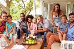 Familie und Freunde, die für ein Bild in einem Konservatorium aufwerfen Stockbild