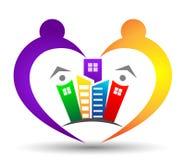 Familie und Gebäudeverband in einem Herzen formen Logo Lizenzfreie Stockfotos