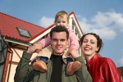 Familie und Haus stockfotografie
