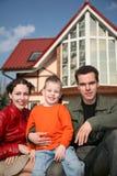 Familie und Haus lizenzfreie stockfotos