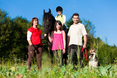 Familie und Kinder, die mit Pferd aufwerfen Lizenzfreie Stockfotografie
