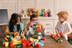 Familie und Kindheitskonzept Junge Familie verbringt Zeit im Spielzimmer Mutter, Vati und Junge stockfotos