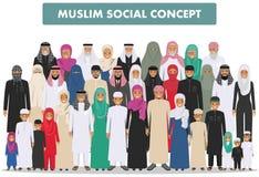 Familie und Sozialkonzept Arabische Personengenerationen am unterschiedlichen Alter Junge und alte moslemische Leute-Stellung der Stockbild