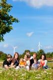 Familie und von mehreren Generationen - Spaß auf Wiese in der Summe Stockbilder