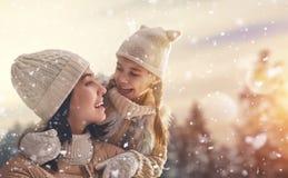 Familie und Wintersaison lizenzfreie stockbilder