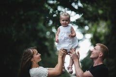Familie unter dem Regen Stockfoto