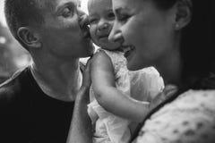 Familie unter dem Regen Stockfotos