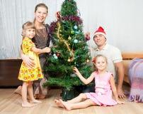 Familie unter der Weihnachtsfichte Stockbild