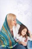 Familie unter Schal Lizenzfreie Stockbilder